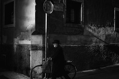 (Roberto Spagnoli) Tags: biancoenero blackandwhite monocromo fotografiadistrada streetphotography bicicletta bicycle mirror man people fujix100t shadow verona italy urbanpoetry