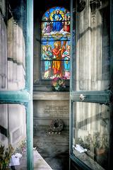 4 kaarsjes (roberke) Tags: graf kerkhof graveyard grave reflections reflecties deuren doors window raam venster old oud krans parijs paris outdoor zonlicht sunlight flowers bloemen perelachaise