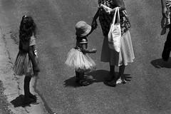9898 2 (*Ολύμπιος*) Tags: sãopaulo street streetlife streetphotography streetphoto sunday gente girl garota giovanni garotas people persone persons pessoas cidade city ciudad città cittè ciutat kid kidding kids kidsplay carnaval carnival carnevale pb pretoebranco bw biancoenero bn blackandwhite noiretblanc giocare gioco giocando girls giocodeibambini brincadeira brincadeiradecriança brasil brazil brèsil brasile brésil