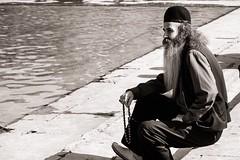 Sufi (Tom Levold (www.levold.de/photosphere)) Tags: fuji fujixpro2 isfahan xf18135mm esfahan sw bw street candid portrait porträt wasser water man mann