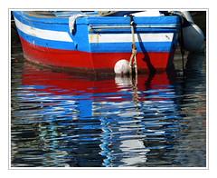 Reflet tricolore -  Tricolor reflection (diaph76) Tags: extérieur espagne spain canaries canaryislands puertodemogan port harbor reflets barque boats bateau couleurs colors eaudemer seawater bouée buoy cordage rope