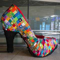 Häkel High Heels (Lens Daemmi) Tags: bahnhof montabaur crocheted highheels patchwork station wool rheinlandpfalz deutschland de