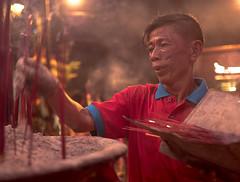 P1240028 (Henry Sudarman) Tags: lumix panasonic gx8 panaleica panasonicleica panasonicleicad2514 imlek2018 kelenteng petak9 kota glodok jakarta indonesia people pray praying serving serve