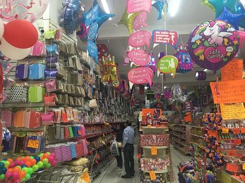 Dans ces magasins, on trouve des bonbons à foison, mais aussi des ballons d'anniversaire, des décorations ...