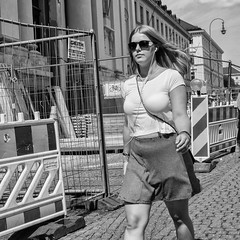 Street portrait (Jorge_Soriano) Tags: streetphotography belly streetportrait beauties generos outfit listeningtomusic glasses escuchandomusica retratosdecalle vientre