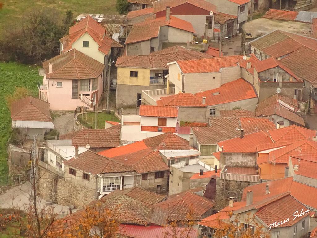 Águas Frias (Chaves) - ... casas e telhados de uma parcela da Aldeia ...