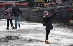 making memories (=Mirjam=) Tags: nikond750 amsterdam prinsengracht schaatsen winter selfie photo canal tourist ice maart 2018 throughherlens