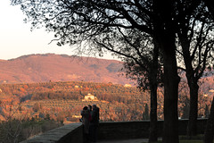 Dreamy Sunset, Tuscanian Countryside (Italy) (filippogatteschi) Tags: landscape countryside italy tuscany arezzo hills silhouette people dream glow light warmth winter trees red orange geometry perspective composition artsy canoneos70d tamron2470 70mm vibrant color image february shadow streetphotography urbanlandscape sunset sunrays sunlight