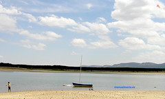 Cometa sobre el pantano de la Cuerda del Pozo (manuelmaria.es) Tags: agua barca campo cielo cometa juego niño nubes pantano