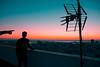 el horizonte como destino (Viajana Lejana) Tags: contraluz persona people person retrato backlight atardecer sunset ocaso sol luz crepusculo color colors colours colores azul naranja edificio building