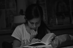 Rédaction (nicolaspetit7878) Tags: inside intérieur personne people elle she bw nb blackwhite noiretblanc nikon photo visage main livre scène cinématique life portrait devoirs lecture travail étudiante fille girl