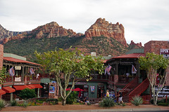 Main Street Sedona, AZ (SomePhotosTakenByMe) Tags: urlaub vacation holiday usa america amerika unitedstates sedona arizona stadt city innenstadt downtown outdoor mainstreet shop store geschäft laden landschaft landscape baum tree gebäude building architektur architecture redrock