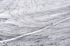 Snow Desert (CoolMcFlash) Tags: snow desert winter cold people minimalistic minimalism minimalistisch simplicity fujifilm xt2 white path landscape nature walking schnee wüste kalt weis personen landschaft natur gehen fotografie photography distant copyspace negativespace xf18135mmf3556r lm ois wr dachstein austria österreich