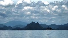 Clouds over Ko Tao (Raúl Alejandro Rodríguez) Tags: rarb1950 ferry montañas mountains selva pluvioselva rainforest mar sea nubes clouds ko tao tailandia thailand nwn