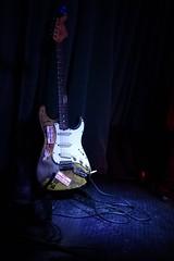 chitarra molto vissuta (fotomie2009) Tags: popa chubby guitar musical instrument chitarra strumento musicale stage concert raindogs house savona italy italia fender 66 sunburst stratocaster 1966
