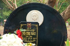 IMGP2718 Grave of Vo Thi Sau martyr heroine (Claudio e Lucia Images around the world) Tags: museum conson condao island vietnam phuhai prison jail frenchprison americanprison pentax americanwar vietnamwar frenchdomination strada prisoner vothisau martyr heroine pentaxk5 pentax18135 insegna hangduongcemetery cemetery hangduong hang duong cibo