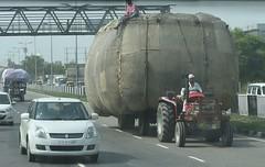 more crazy heavy loads (BoblyP) Tags: boblyp india delhi newdelhi motorway heavyload tractor craziness