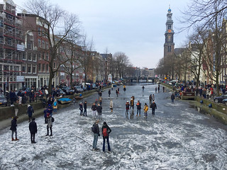 Schaatsen op de Prinsengracht, Amsterdam. Ice-skating in Amsterdam on a frozen canal.