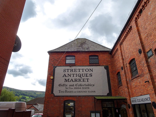 Stretton Antiques Market entrance