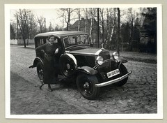 "Opel 1,2 Liter Spezial-Limousine (Vintage Cars & People) Tags: vintage classic black white ""blackwhite"" sw photo foto photography automobile car cars motor opel opel12liter hoodornament motormascot 1930s thirties lady woman fashion dress"
