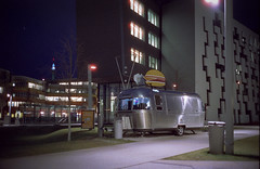 Foodtruck (Monkeypainter) Tags: wien leica m2 summicron35 film vienna cinestill800 uni