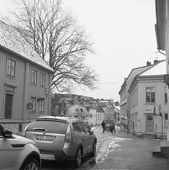 Allmänna vägen (rotabaga) Tags: sverige sweden svartvitt göteborg gothenburg lomo lomography lubitel166 tmax400 twinlens 120 6x6 mediumformat mellanformat blackandwhite bw bwfp majorna