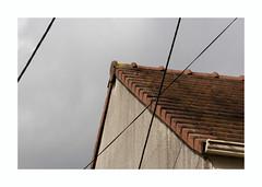 #un toit (hélène chantemerle) Tags: filélectrique mur toit ciel nuageux gris rouge electricwire wall roof sky cloudy red gray
