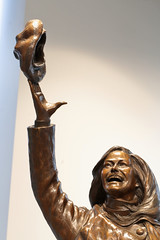 Mary Tosses Her Hat (peterkelly) Tags: digital canon 6d minneapolis minnesota marytylermoore tourismoffice statue sculpture hat throwing tv show comedy woman bronze usa us unitedstatesofamerica unitedstates northamerica