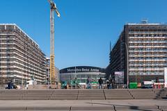 Berlin: Mercedes-Benz-Arena umgeben von entstehenden neuen Häusern - Mercedes-Benz Arena surrounded by new houses under construction (riesebusch) Tags: berlin friedrichshain