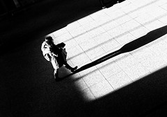 The Spot (Leonegraph) Tags: kontrast contrast gegenlicht shadow schatten silhouette panasonicgx80 panasonic1235mmf28 mft micro43 microfourthirds monochrome einfarbig bw sw blanco negro bn schwarz weis black white leonegraph streetphotographer public öffentlich leben lebendig story urban photography spontan spontanious candid unaware unposed personen sitaution street 2017 europe europa germany deutschland
