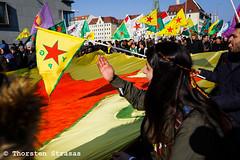 Tausende Kurden protestieren in Berlin gegen türkische Angriffe auf Afrin (Efrin) (tsreportage) Tags: abdullahöcalan afrin aussenministerium berlin brandenburggate brandenburgertor bundestag demonstration efrin fahne fernsehturm flagge germanparliament kundgebung kurden kurdistan kurds ministryofforeignaffairs mitte pkk reichstag rojava rotesrathaus syria syrien tuerkei turkey verbot ypg arrest attack ban berlin4afrin clash demo flag peace protest rally riot riotpolice smokebomb townhall tvtower war ypj