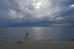 Profitons de l'accalmie (maxguitare1) Tags: nikon france méditerrannée nuages clouds nubes nuvole orage tempesta tormenta thunderstorm enfant child bambina niña eau agua water acqua mer mar sea plage playa spiaggia beach