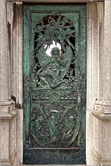 Vert comme... (Jean-Marie Lison) Tags: eos80d bruxelles molenbeek cimetière tombe caveau porte bronze vert