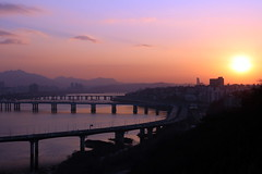 Sunset over the Han river from Eungbongsan in Seoul, Korea (mbphillips) Tags: canon80d korea 한국 韓國 韩国 southkorea 대한민국 republicofkorea 大韓民國 서울 首尔 hanriver 漢水 한강 漢江 seongdonggu 성동구 城東區 eungbongsan 응봉산 eungbongdong 응봉동 鷹峰洞 mbphillips asia 亞洲 fareast アジア 아시아 亚洲 river 강 河 río city ciudad 도시 都市 城市 night 夜晚 밤 noche dark darkness 黑暗 어둠 oscuro goetagged photojournalism photojournalist 鷹峰山 seoul capital 首都 수도 sigma1835mmf18dchsm 일몰 atardecer 日落 sunset