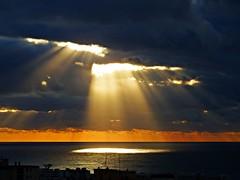 Los rayos del sol (Antonio Chacon) Tags: andalucia amanecer costadelsol cielo españa spain sunrise sol marbella málaga mar mediterráneo
