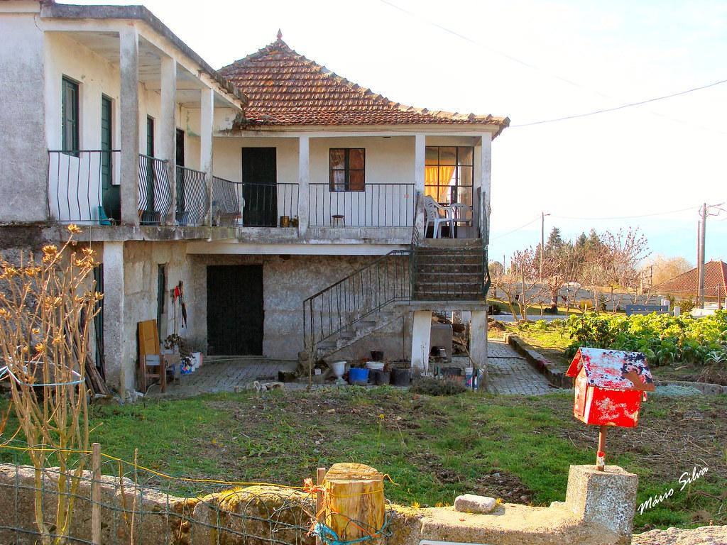 Águas Frias (Chaves) - ... casa na Aldeia ... e caixa de correio vermelha ...