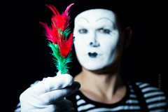 Der Bachelor (AC-Fotografie) Tags: annechristineschnitzer nikond3200 pantomime pierrot fasching karneval verkleidung kostüm bokeh 50mm feder blume makeup clown mensch human face gesicht portrait