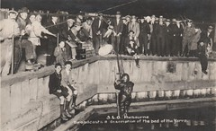 Radio station 3LO broadcasts a description of the bed of the Yarra River - 10 December 1925 (Aussie~mobs) Tags: vintage victoria australia melbourne yarrariver 3lo radiostation broadcast bedofriver diver crowd 1925 jejohnstone misleading novelty boys men spectators dukeandorrsdrydock