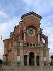 (Paolo Cozzarizza) Tags: italia lombardia bergamo madone scorcio chiesa bandiera