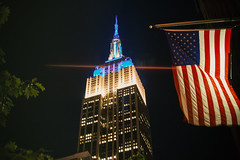 Empire State Building (FOXTROT|ROMEO) Tags: ny nyc empirestatebuilding empirestate usa eastcoast east coast flag starsstripes travel city stadt skyscrapper sky night lights