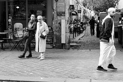 Sur le trottoir (Paolo Pizzimenti) Tags: panneau rouge interdiction gens trottoir arabe asiatique paris paolo olympus omdem1mkii zuiko 17mm 25mm f18 film pellicule argentique m43 mirrorless dosineau