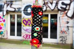 light post warmer (Rasande Tyskar) Tags: hamburg st pauli street strase shot light post lamp strasenlaterne warmer gehäckelt häckeln knitting art urban