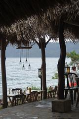La bella vida gringa (ben.bourdon) Tags: laguna de apoyo volcán lago vista cielo nicaragua américa central techo paja palma sillas finde el paraiso