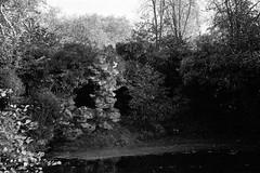 La grotte des amants à Rambouillet (Philippe_28) Tags: rambouillet château castle 78 yvelines iledefrance france europe fabrique analog analogue argentique olympus trip 135 24x36 nb bw monochrom grotte