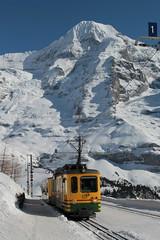 Triebwagen BDhe 4/4 123 der Wengernalpbahn WAB ( Baujahr 1970 - Zahnradbahn - Schmalspur 800 mm - Hersteller SIG SLM SAAS BBC - Zahnradtriebwagen ) im Winter mit Schnee auf dem Bahnhof Wengernalp im Berner Oberland im Kanton Bern der Schweiz (chrchr_75) Tags: hurni christoph chrchr75 chriguhurni februar 2018 schweiz suisse switzerland svizzera suissa swiss albumzzz201802februar albumbahnenderschweiz albumbahnenderschweiz20180105 schweizer bahnen bahn eisenbahn train treno zug albumwabwengernalpbahn wab wengernalpbahn schmalspur schmalspurbahn bergbahn zahnradbahn kantonbern mönch kantonwallis kantonvalais berg mountain montagne alpen alps berner oberland albumgletscherimkantonbern gletscher glacier ghiacciaio 氷河 gletsjer albumbahnenderschweiz20180106schweizer albumregionthunhochformat thunhochformat hochformat kanton bern