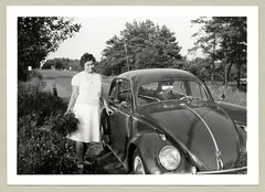 """VW 1200 (Vintage Cars & People) Tags: vintage classic black white """"blackwhite"""" sw photo foto photography automobile car cars motor vw volkswagen vw1200 käfer beetle kever maggiolino fusca coccinelle vehicle antique auto typ1 type1 ovali economicmiracle wirtschaftswunder 1960s sixties flowers summertime"""