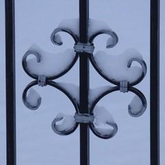 Schneekunst / Snow Art (ursula.valtiner) Tags: schnee snow schmiedeeisen zaun fence