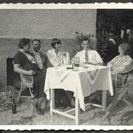 Archiv FaMUC185 Münchner Familie, Am Haus, 1930er thumbnail