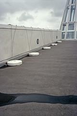 ... (Joseff_K) Tags: gris gray mur wall puddle flaquedeau nuage cloud leica leicacl diapositive ektachrome slide film inversible kodakektachrome100 100asa
