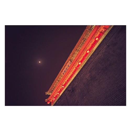Der Mond und der Tempel. Xi'An, China. TAGS #moonlight #luna #moon #stars #dark #nighttime #nightsky #goodnight #lights #light #asia #atheist #islam #quran #صلاة_الجمعه #تكفير_الذنوب #حديث_شريف #حسبي_الله_ونعم_الوكيل #صور_أذكار_المسلم #مغفره #لا_حول_ولا_ق
